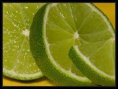 Suco de limão: limpa e desodoriza. Encha um frasco borrifador com uma solução de água e limão, misturados em partes iguais, e use-o como aromatizador de ambientes. Para desinfetar e desengordurar a pia, a tábua de carne, ou um recipiente, esfregue uma fatia de limão sobre a superfície. Pode colocar pedaços da casca de um limão e bicarbonato de sódio dentro da bolsa do asapirador de pó.