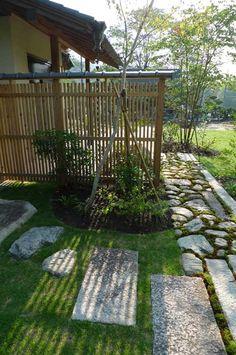 Stone Garden Paths, Garden Stones, Japanese Garden Design, Japanese Gardens, Japan Garden, Green Flowers, Garden Inspiration, Landscape Design, Stepping Stones