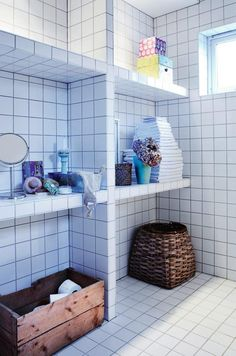Square white tiles with dark grout  -  Photo from Bonytt.no.