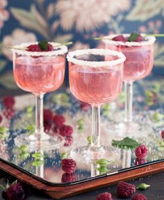 Gin tonic with raspberries - Clean Eating Snacks Refreshing Summer Cocktails, Cocktail Drinks, Champagne Cocktail, Yummy Drinks, Yummy Food, Good Food, Ice Cream Smoothie, Canned Blueberries, Scones Ingredients