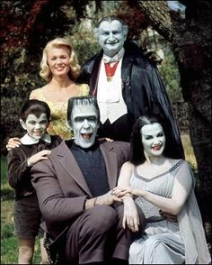 Celebrating selection of comedic imagery! The Munsters starring Butch Patrick, Pat Priest, Fred Gwynne, Al Lewis and Yvonne De Carlo in 1964 at CBS. The Munsters, Munsters Tv Show, Munsters House, Yvonne De Carlo, Photo Vintage, Vintage Tv, Beatles, Mejores Series Tv, I Dream Of Jeannie