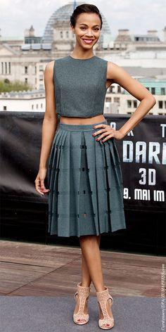 LOOK DO DIA: Zoe Saldana acertou em cheio na promoção de Star Trek Into Darkness ao usar uma combinação Calvin Klein com umas sandálias Jimmy Choo.