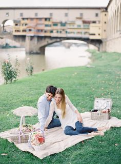 Picnic engagement in Italy | Matthew Ree Photography | see more on: http://burnettsboards.com/2014/10/playful-florentine-engagement/