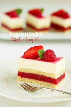 strawberry and raspberry jelly and vanilla cream cake Small Desserts, Mini Desserts, Delicious Desserts, Summer Cakes, Jello Recipes, Little Cakes, Strawberry Desserts, Specialty Cakes, Dessert Bars