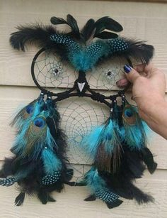 dreamcatcher designs, owl-shaped dream catcher in black, decorated with turquoise and black, spotted and peacock feathers, and held by a hand Doily Dream Catchers, Dream Catcher Craft, Dream Catcher Mobile, Owl Crafts, Diy And Crafts, Easy Crafts, Macrame Owl, Crochet Dreamcatcher, Le Jolie