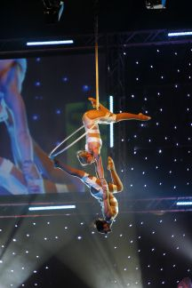 Two bodies interweave, creating kaleidoscopic shapes inside a spinning aerial ring. Duo Lyra is a feature performance of mirror imagery and synchronicity, perfectly balanced with breathtaking aeria…