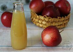 Solo frutta senza conservanti per il succo di mela naturale fatto in casa, volete un succo che fa bene alla salute, qui trovate la ricetta che uso da anni. Detox Drinks, Fun Drinks, Best Italian Recipes, Hot Sauce Bottles, Biscotti, Smoothies, Vegan Recipes, Good Food, Food And Drink