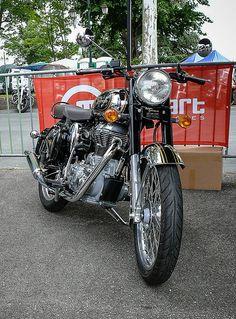 Une Royal Enfield à Lavaur pour le festival Rock & Cars