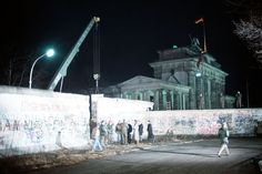 410 1989/12/21 A crane removes a section of the wall