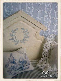 Itsetehty sohva by Lissus dollhouse, via Flickr