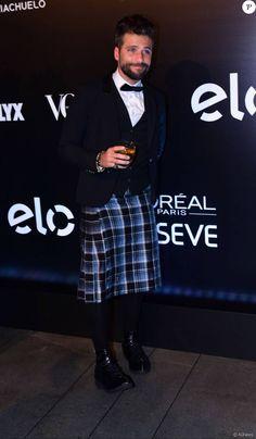 A criatividade também aparece nos looks de Bruno Gagliasso, como este evento de gala, em que foi de kilt e o blazer do smoking com gravata-borboleta
