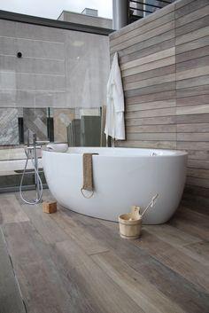 une baignoire ilot en acrylique pose sur un carrelage imitation parquet une imitation - Salle De Bain Carrelage Bois