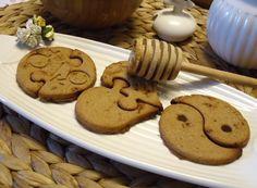 I biscotti puzzle con farina di marroni e miele sono deliziosi e sani. Sono veloci da preparare e si prestano ad essere inzuppati nel latte o accompagnati da una cioccolata calda.