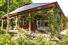 Esta es la casa que Chris Magwood construyó para su madre, Sandra Zabludofsky. Está cerca de Madoc, Ontario, Canadá. Chris construyó la casa de balas de paja en 2004 usando revocos de barro y materiales de la zona. Es una casa fuera de la red eléctrica y sin ninguna pared recta. Disfruta de la colección de casas naturales en www.naturalhomes.org/es/homes/chrismagwood.htm