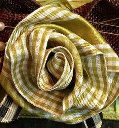 Tutorial on making a rose out of ribbon. Sew, Pretti Crafti, Ribbons, Roses, Ribbon Rose, Diy, Decor Idea, Rose Tutori, Fabric Flower