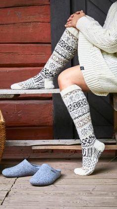 Kalevalan kaikuja -villasukat – Merja Ojanperän ohje   Meillä kotona Winter Socks, Warm Socks, Cool Socks, Lace Knitting, Knitting Socks, Crochet Socks, Knit Crochet, Men In Heels, Boho Boots