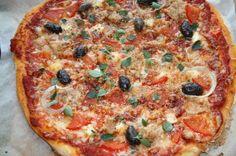Pizza Denniksen tapaan: tonnikala, tomaatti,simpukka,sipuli, oliivi. Resepti Kotikokki.netin nimimerkki Metsänvartijalta