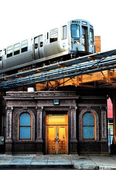 Chicago and the 'L'. Old Chicago Avenue station entrance The Places Youll Go, Places To See, Lago Michigan, Photographie New York, Trains, Gta San Andreas, Chicago Travel, Chicago City, Chicago Skyline