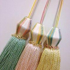 巻玉が個性的なタッセルです。 オーロラ色の刺繍糸を使用している為、 春の陽光のような雰囲気です。 bagや小物などの ワンポイントにいかがですか? 素材:糸 ウッドビーズ リボン チェーン サイズ:全長 約13〜14cm