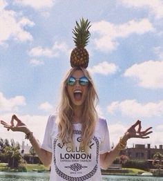 Девушка, ананас