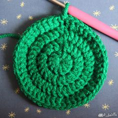 Maillalenvers: Tawashi : le retour ! Creative Bubble, Knitted Hats, Crochet Hats, Rico Design, Dyi, Textiles, Diy And Crafts, Crochet Necklace, Triangle