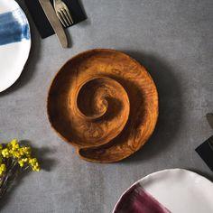 Ağaçların dokularını ve şekillerini modern stille buluşturan Puuku sunum tahtaları, evinize doğallığı taşımanın en rustik halidir. Farklı dokusu ve organik yapısı ile benzersiz olan servis tabakları tamamen el işçiliğidir