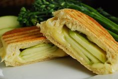 Brie and Apple Panini This delicious and easy Brie and green Apple Panini is a fantastic Weight Watchers meal idea for any time. Decadent and flavorful, it's the perfect low calorie lunch recipe that can be made in a pinch. Low Calorie Lunches, No Calorie Foods, Low Calorie Recipes, Panini Recipes, Ww Recipes, Healthy Recipes, Dinner Recipes, Cooking Recipes, Wrap Sandwiches
