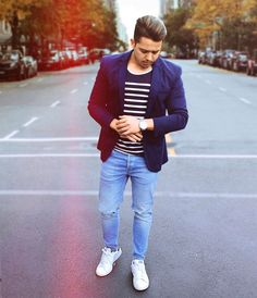 #CasualFriday - If your work allows a casual Friday then this look is perfect. You can wear your favorite ripped jeans combined with a nice blazer and some sneakers and be good to go. Have a great Friday guys #ootdmen #mensoutfit #menfashion #casuallook #menwithstreetstyle . . #Sextacasual - se o seu trabalho permite você usar um look casual na sexta feira então esse seria um look perfeito. Você pode usar um jeans rasgado com um blazer mais classico e um tênis branco. Tenha um ótimo dia…