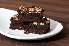 Looking for chocolate brownies with nuts? These moist and delicious brownies are made with plenty of walnuts and the added bonus of chocolate chips! Moist Brownies, Chocolate Brownies, Just Desserts, Dessert Recipes, Choco Chips, Homemade Brownies, Walnut Cake, Brownie Cake, Desert Recipes