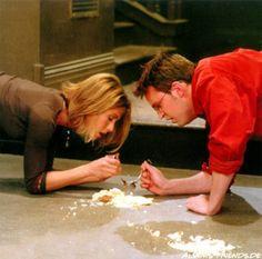 Friends - Rachel and Chandler share floor cheesecake <3