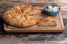 Mια αγαπημένη συνταγή, από έναν αγαπημένο μου άνθρωπο! Τα υλικά, είναι λίγο-πολύ γνωστά: αυγά, γάλα και τυριά του τόπου μας. Αυτό όμως που κάνει την πίτα να ξεχωρίζει είναι το φύλλο: νέο χωριάτικο φύλλο Κοζάνης «κιχί» με καλαμποκάλευρο που δίνει στην τυρόπιτα ανεπανάληπτη γεύση!