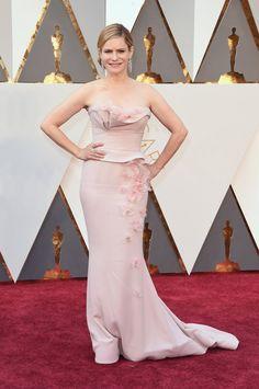 Pin for Later: Seht alle Stars auf dem roten Teppich der Oscars Jennifer Jason Leigh in Marchesa