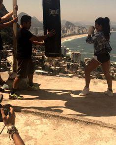 """Making off da capa da @boaforma desse mês feito pelo @teodorojr, com @andrenicolau em ação e meu mestre de Muay Thai @mestre_dtm dando o """"suporte"""" !!!! #BoaForma #Outubro #NasBancas ➡️ tô louca pra ver as fotos de dentro da revista! Quem comprou posta e me marca, plixxxx? Nunca pedi nada pra vocês! Kkkkk"""