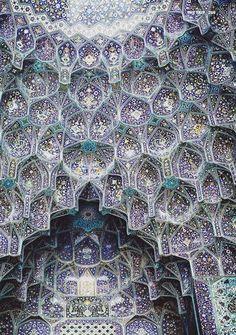 El techo maravillosamente decorado de la mezquita de Esfahān, en Irán