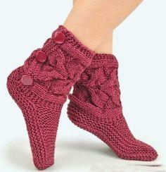ТАПОЧКИ-САПОЖКИ СПИЦАМИ<br><br>Тапочки-сапожки подарят вашим ножкам желаемый комфорт, позволят полноценно расслабиться дома после трудового дня. У вязаной «одёжки на ножки» есть огромный плюс, даже два: она легко стирается и её не нужно снимать, забираясь с ногами в кресло или на диван. Тапочки -..