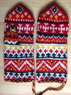 I think I love to knit mittens most of all! Knitting any yarn at a tighter-than-usual gauge ensures a warmer mitten. Here you'll find mittens of color Knitting Charts, Knitting Socks, Knitted Hats, Mittens Pattern, Fair Isle Knitting, Knit Or Crochet, Winter Accessories, Needlework, Gloves
