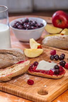 ¿Estás horneando un pan de HOME BAKERY de BredenMaster pero se te olvidó tomar el tiempo? No te preocupes, cuando veas que toma un color dorado brillante es porque está listo. ¡Disfruta! French Toast, Cheese, Breakfast, Ethnic Recipes, Food, Products, Hoods, Meals
