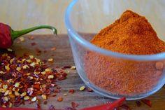 5 anledningar till varför det är bra att äta röd chili. Foto: Derya Aktas ➖➖➖ Chili: 5 anledningar till varför du borde äta röd chili Det finns väldigt många hälsofördelar med att äta chili i allmänhet, men den röda chilin ger dig mer av det som kroppen mår bra av. ➖➖➖ Ämnet som gör chilin stark heter Capsaicin och är starkare i röd chili då den till skillnad från grön chili är en mogen frukt. Den största mängden hetta finns i fröna. Ju mer du äter chili desto mer ökar din toleransnivå. Jag…