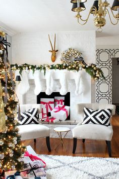 53 Wonderfully modern Christmas decorated living rooms When decorating your modern Christmas living room, you don't have to go over the top to get that Christmassy feel, just add a tree and some decorations! Modern Christmas Decor, Christmas Living Rooms, Christmas Decorations, Holiday Decor, Room Decorations, Noel Christmas, All Things Christmas, Christmas Lights, Xmas