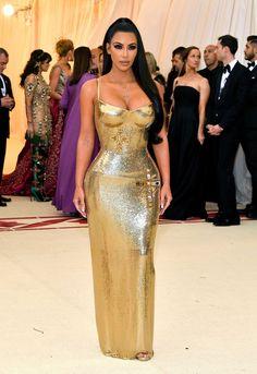 Kim Kardashian West in gold Versace - All Met Gala 2018 Dresses - Met Gala Red Carpet Celebrity Style Estilo Kardashian, Kardashian Style, Kourtney Kardashian, Gala Dresses, Red Carpet Dresses, Nice Dresses, Formal Dresses, Sheath Dresses, Summer Dresses