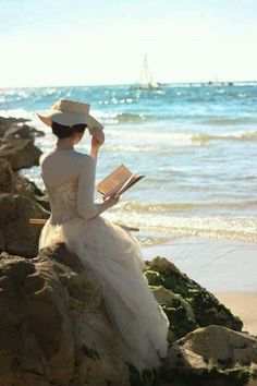 lecture reading ⚓ a white dress and hat at the beach.