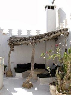 Esterni di case con pergole e fiori