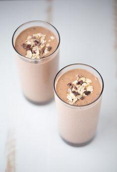 Chocolate peanut butter smoothie / Vitamina de chocolate e manteiga de amendoim #Superfoods #DairyFree #Vegan