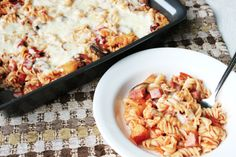A great healthy alternative to Hawaiian Pizza, this Skinny Hawaiian Pizza Pasta has all the same flavor with fewer fat and calories. - tastes like Hawaiian pizza Pizza Casserole, Casserole Recipes, Pasta Recipes, Dinner Recipes, Cooking Recipes, Healthy Recipes, Healthy Meals, Healthy Options, Pizza Bake