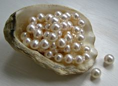 Types Of Pearls. Free up your innermost gemologist with these straightforward expensive jewelry recommendations Pearl Love, Pearl And Lace, Tahitian Pearls, Cultured Pearls, Pearl Jewelry, Pearl Necklace, String Of Pearls, South Sea Pearls, Coral