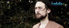 Ο Bird Radio δεν είναι απλά ένας τραγουδιστής, είναι φλαουτίστας, ερμηνευτής δρόμου, καθηγητής μουσικής αλλά πρωτίστως είναι «αφηγητής» μιας και τα