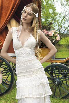 Robes de mariée de créateur à Marseille et accessoires de coiffure pour un mariage hors du commun, Sonia B propose l'essayage de robe de mariée vintage en vente à prix abordables. Sans oublier les costumes.