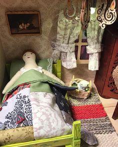 "Юлия on Instagram: ""Я наконец собрала румбокс для Мару и у Глафиры наконец появился дом. Спасибо за некоторые идеи моей вдохновительнице @apple.and.apple. Не…"" Ann Wood, Tiny Dolls, Wood Patterns, Sewing Toys, Miniature Houses, Upcycled Vintage, Doll Accessories, Softies, Doll Toys"