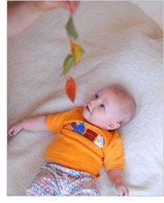 2 juegos para estimular el desarrollo de bebés de 2 meses y 3 semanas.