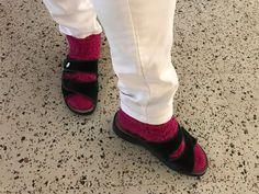 Kyllä täällä tarkenee. Villasukat sandaaleissa Hyvinkään Laureassa. #kesäkuu #työkengät